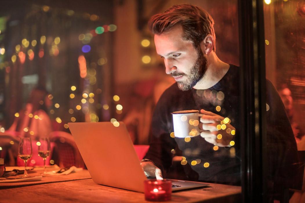 Hombre estudiando en un bar