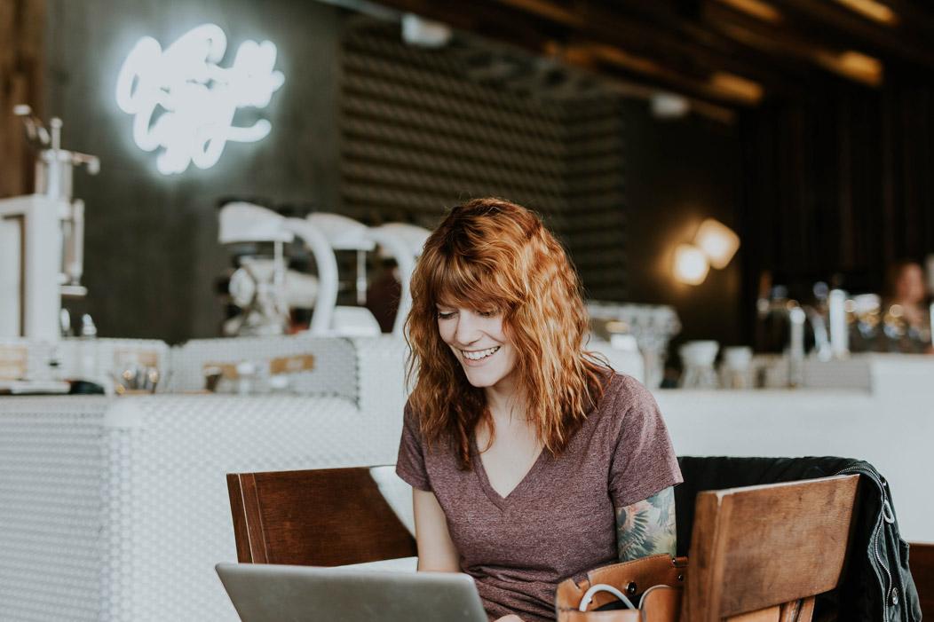 Mujer haciendo un test online